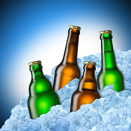 ice crushed: blauwe en groene bierflessen op ijs