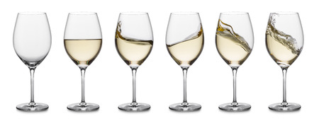 row of white wine glasses, full, empty and with splashes. Stockfoto
