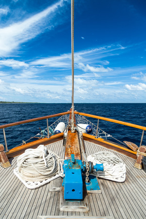 bateau voile: Bateau à voile sur la grande mer ouverte