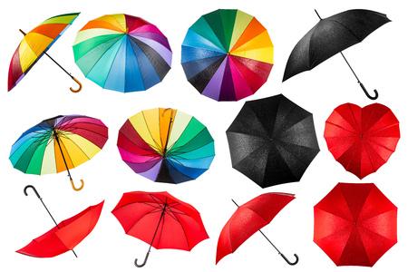 collectie van zwarte en rode regenboog paraplu's op een witte achtergrond