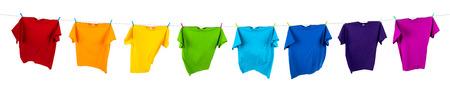 camisas: camisetas del arco iris en la línea de lavado Foto de archivo