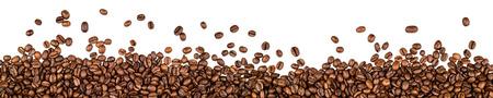 alubias: los granos de café aislados en fondo blanco  Foto de archivo