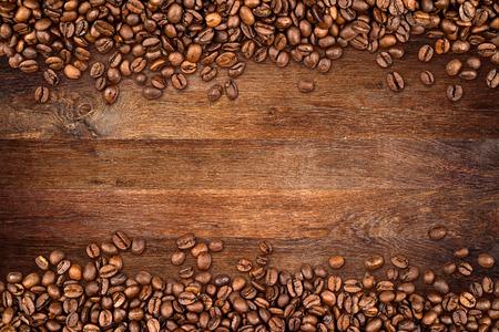 素朴なオークの背景にコーヒー豆 写真素材