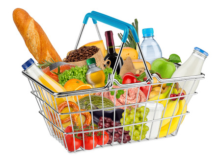 blauwe het winkelen mand gevuld met diverse eten en drinken op een witte achtergrond Stockfoto