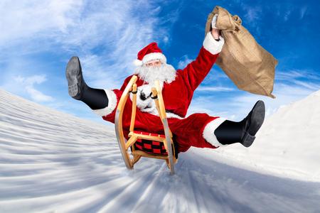 verrückten Weihnachtsmann auf seinem Schlitten urkomisch schnell lustig verrückt weihnachten Weihnachtsgeschenk Hintergrund vorhanden Lieferung blauer Himmel