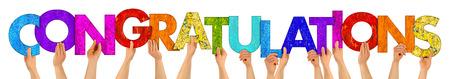 handen met kleurrijke houten letters vormgeving van het woord gefeliciteerd geïsoleerd op een witte achtergrond Stockfoto