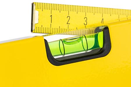gele waterpas en vouwmeter geïsoleerd op een witte achtergrond