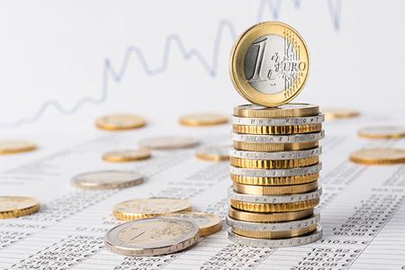 ユーロ硬貨のスタックで株式の背景をデータ シートに会計ファイナンス事業