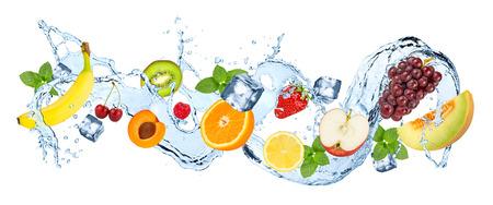 Multivitamine water splash golf met verschillende vruchten pepermunt bladeren en ijsblokjes geïsoleerd op een witte achtergrond Stockfoto - 86326086