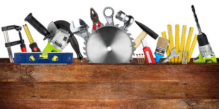 DIY Werkzeuge Collage Konzept hinter Holzbrett mit Kopie Raum und Kreissäge isoliert auf weißem Hintergrund unscharf
