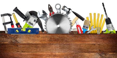 outils bricolage notion de blocs derrière une planche de bois avec espace copie et lame circulaire isolé sur fond blanc large panorama
