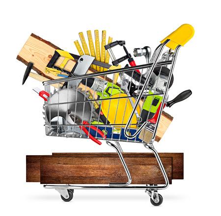 Baumarkt-Baumarktkonzeptwerkzeuge und hölzerne Planken im Warenkorb lokalisiert auf weißem Hintergrund Standard-Bild