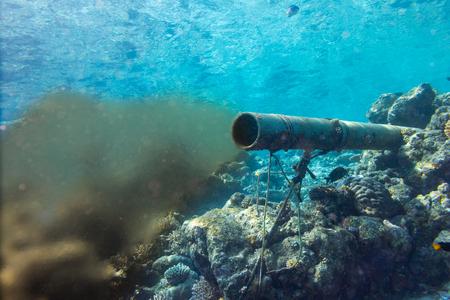 Tubería de aguas residuales de alcantarillado submarino en el entorno de arrecifes de coral, protección de la naturaleza, daños, contaminación, mar, océano, concepto, plano de fondo