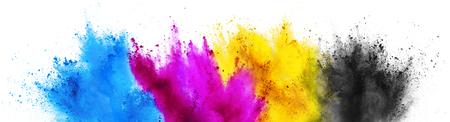 Bunte CMYK Cyan Magenta Yellow Key Holi Farbe Farbe Pulver Explosion Druckkonzept isoliert auf weißem Hintergrund Standard-Bild
