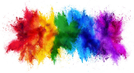 Colorida explosión de polvo de color de pintura arco iris holi aislado sobre fondo blanco amplio panorama