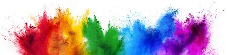 Colorida explosión de polvo de color de pintura arco iris holi aislado sobre fondo blanco amplio panorama Foto de archivo