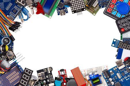 collage di frame con spazio di copia della scheda del microcontrollore display sensore pulsante interruttori cavo filo accessori e apparecchiature isolati su sfondo bianco concetto di elettronica