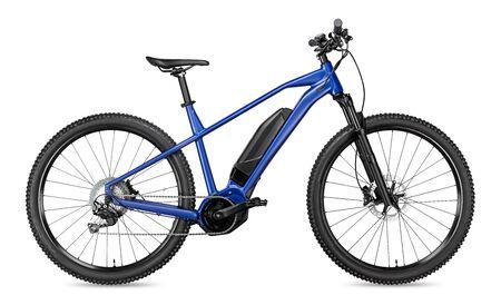 blauer moderner mittelantriebsmotor e bike pedelec mit elektromotor mittelhalterung. batteriebetriebenes E-Bike isoliert auf weißem Hintergrund. Innovatives Transportkonzept. Standard-Bild