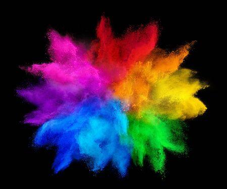 Explosion de poudre de couleur de peinture arc-en-ciel coloré holi isolée sur fond noir foncé. paix rgb gaming beau concept de festival de fête Banque d'images
