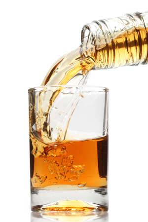 Whisky wird in ein Glas gegossen Standard-Bild - 10060844