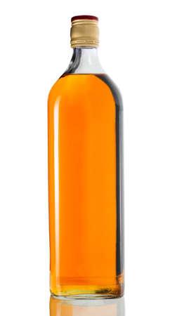 botella de whisky: Botella de whisky llena aisladas sobre fondo blanco Foto de archivo