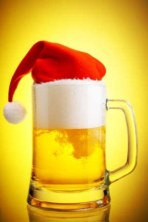 moistness: Birra e cappello di Babbo Natale su uno sfondo giallo