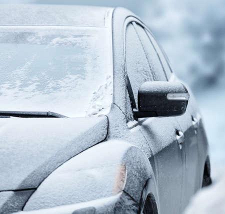 immobile: Un coche bajo la nieve