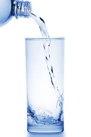 Wasser gegossen in Glas Standard-Bild - 12911614
