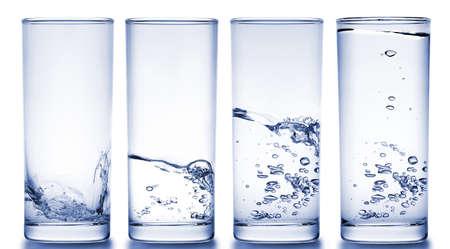 purified water: cuatro vasos llenos de agua