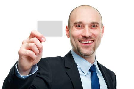 Business-Mann Übergabe einer leeren Visitenkarte auf weißem Hintergrund
