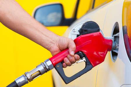 estacion de gasolina: Primer plano de hombre de bombeo de combustible de gasolina en el coche en la estación de gas