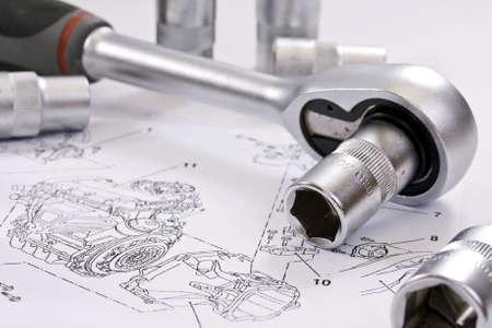 mecanico automotriz: llave de carraca y tomas de corriente en se�alar antecedentes t�cnicos Foto de archivo