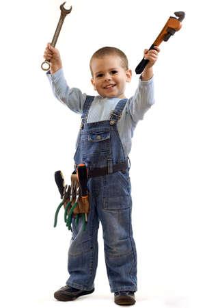 Kleine jongen speelt bouwvakker. Geïsoleerd op wit