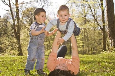 madre soltera: Retrato de familia de estilo de vida de una madre con sus dos hijos divertirse al aire libre  Foto de archivo