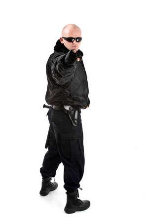 garde corps: Homme en costume noir dans les lunettes de soleil. Isol� sur fond blanc  Banque d'images