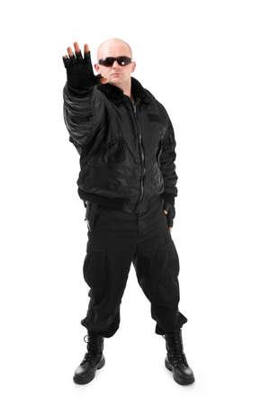 seguridad en el trabajo: Hombre con traje negro en gafas de sol. Aislados en fondo blanco