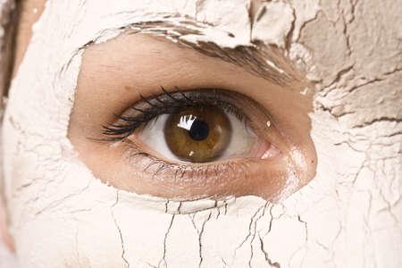 tratamiento facial: ojo de hermosa mujer durante el tratamiento de spa