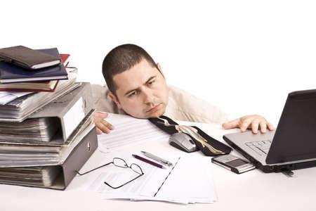 messy desk: Mal d�a en el trabajo, aislado en blanco