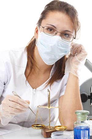 balanza de laboratorio: Equilibrio de mujer y medida de cient�fico en laboratorio Foto de archivo