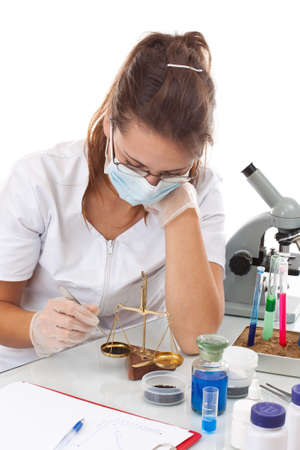 laboratory balance: Scienziato donna lavora con equilibrio di misura in laboratorio Archivio Fotografico