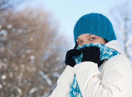 resfriado: Mujer de invierno que cubre su rostro en el bosque de invierno.