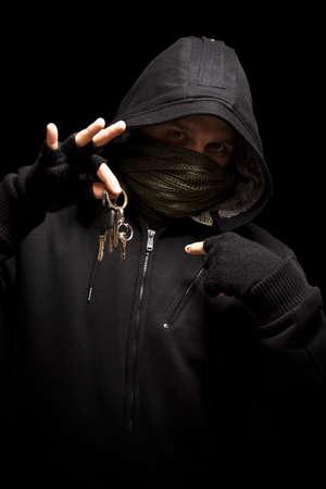 hijacker: Ladr�n con claves con el objetivo de una c�mara - aislada en fondo negro
