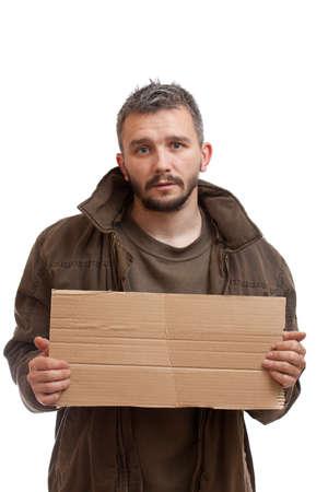 homeless: Un mendigo celebraci�n de cart�n para agregar texto, aislado en fondo blanco