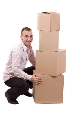 levantar peso: Hombre elevaci�n lotes de cajas de cart�n - concepto en movimiento