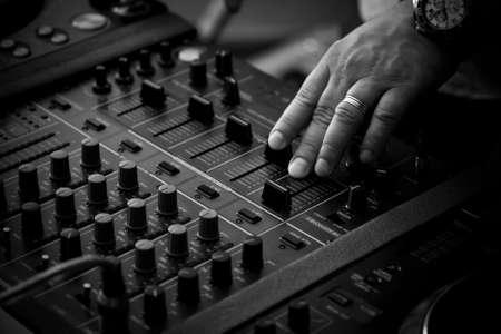 mezclador: DJ tocando en controlador de mezcla profesional Foto de archivo