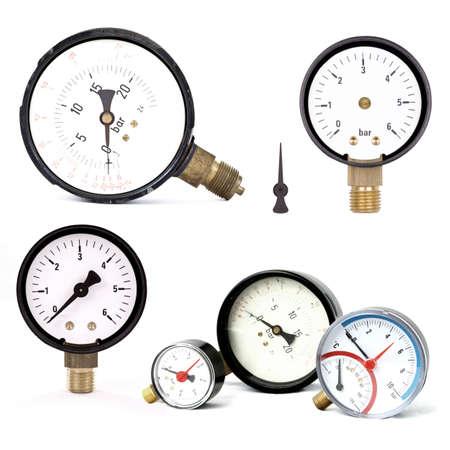 gruppo di misuratori di pressione isolato su bianco Archivio Fotografico