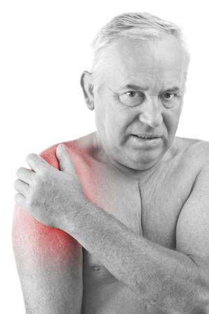hombros: Senior hombre sosteniendo su hombro, tener dolor de Foto de archivo