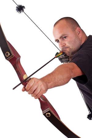 arco y flecha: Joven en camisa negra con arco y tiro al destino aislado en blanco Foto de archivo