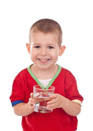 Enfant avec de l'eau dans le verre isolé sur blanc Banque d'images