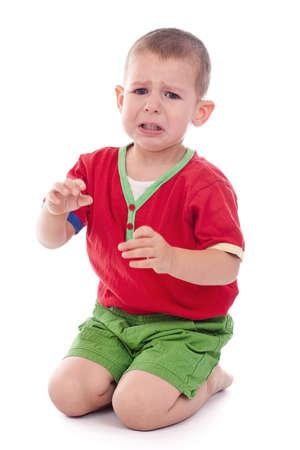 crying boy: Primer plano de un ni�o llorando, tiro del estudio, aislado en blanco